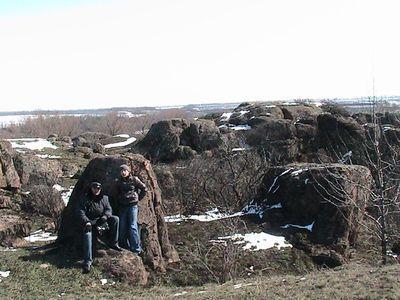 Андрей и Артём Шульга у донбасского «пупа земли», родного брата того,  что обнаружен Сергеем Голубевым на Кольском полуострове (см. фото вверху).