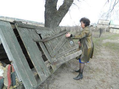 Глава поссовета Нина Воробьева мечтает сделать красивый деревянный сруб на месте этих развалин, оставшихся от знаменитого колодца.