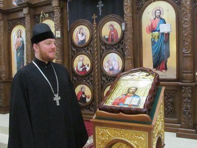 Протоиерей Алексей у иконы Христа Спасителя.