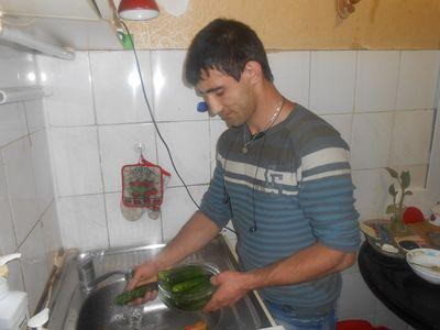 Дончанин Игорь Оранский давно взял за правило «избавлять» ранние огурцы  от нитратов, тщательно промывая и вымачивая их в воде.