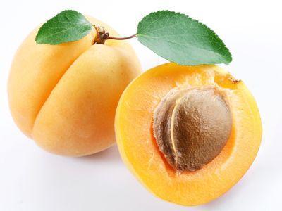 Помимо самих плодов, полезны и ядра косточек.