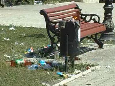 Макеевский скверик забросали мусором