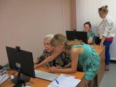 Елена Кучинская рассказывает Вере Минаевой,  как добавлять друзей в соцсетях.