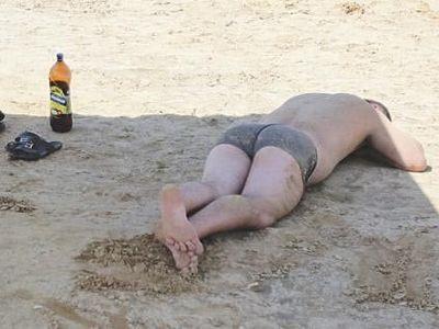Увы, знакомая картина на нашем пляже. Пиво - без меры, голова - на солнце. Ужас!