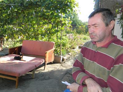 У Сергея Винникова в руках - справка о смерти внучки, в память о которой остался только её любимец - пёс Чип. В доме не нашлось ни одной фотографии Миланки.