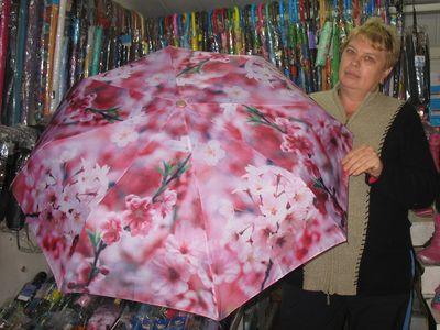 Татьяна Борисовна показывает зонт с куполом из сатина, отталкивающего воду.