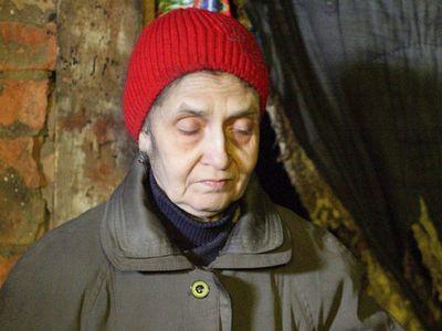 Чтобы хоть как-то согреться, Татьяне Ивановне приходится надевать на себя всё, что под рукой.