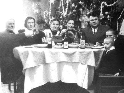 Мариупольская семья встречает 1952 год. В СССР произошло очередное снижение цен. Несмотря на суровые времена, семья встречает Новый год с армянским коньяком, водкой, натуральной газировкой и голубцами.
