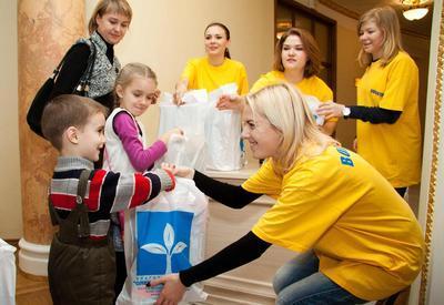 Детей Донецкой области поздравил Янукович