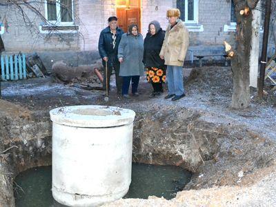 Константин Паскал и его соседи по дому - у разрытой с сентября выгребной ямы, полной зловонных отходов.