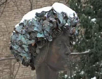 Вандалы надругались над памятником знаменитой актрисе (ВИДЕО)
