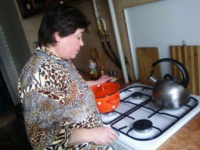 Надежда Корецкая из дома №120 показывает еле заметное пламя горелок, которому они уже и рады. Это максимум, что выжимает плита. Приготовление еды - настоящая пытка.