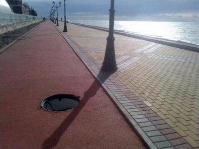 На набережной Олимпийского кластера в Сочи отсутствует часть люков.
