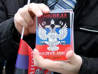 В Донецке объявили о федерализации и раздали паспорта новой республики (ФОТО + ВИДЕО)