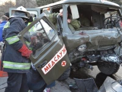Военные и женщина чудом выжили в страшной аварии в Крыму (ВИДЕО)