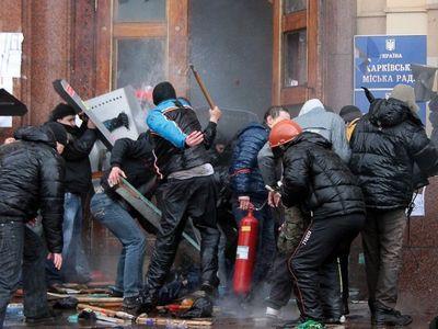 В Харькове демонстранты пытаются прорваться в здание обладминистрации