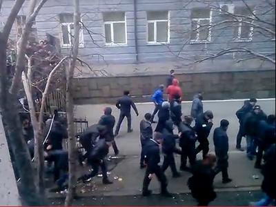 Донецкую облгосадминистрацию взяли штурмом (ВИДЕО)