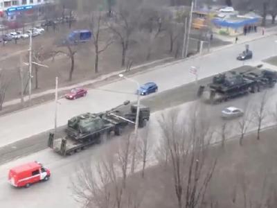 Российские водители в шоке от количества танков на трассах (ВИДЕО)