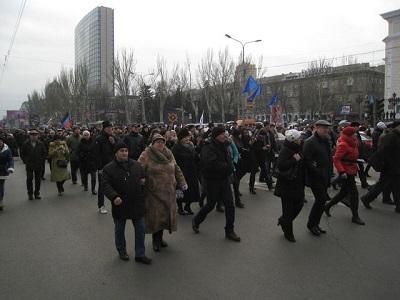 В Донецке участники митинга направились к управлению СБУ