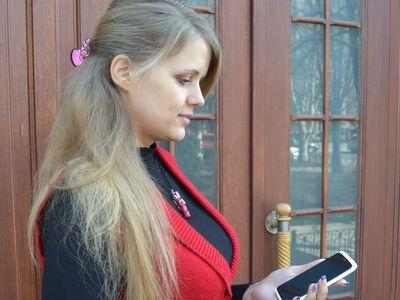 """Дончанка Татьяна Кораблёва купила смартфон HTC One X: """"Мне понравился большой дисплей, благодаря которому удобно работать в Интернете. К тому же у телефона изящный дизайн и хорошая камера""""."""