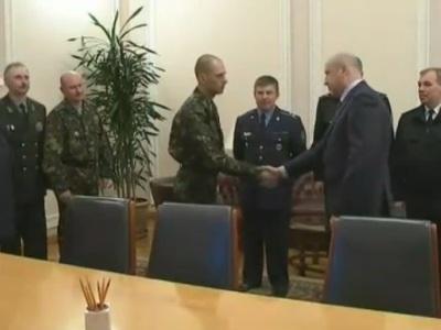 Награда за верность: украинские военные вернулись из плена и идут на повышение (ВИДЕО)