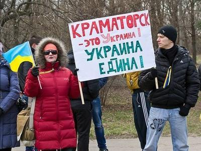 Жители Донбасса устроили шествие с украинскими флагами (ФОТО)