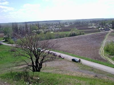 Так мирно выглядит Дмитровка с высоты кряжа, на котором пограничники установили памятный знак.
