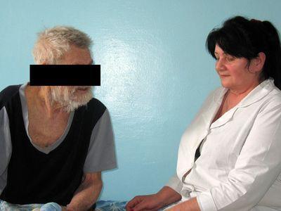 Захар Михайлович доволен переменами в своей жизни. Младшая медсестра Любовь Чимерис с коллегами отмыли и оказали первую помощь пожилому человеку, который фактически находился на краю гибели.