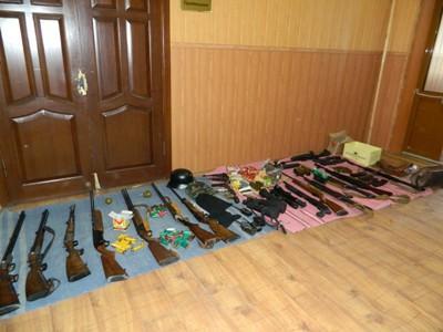 Ополченцы показали конфискованное у артёмовского авторитета оружие (ФОТО, ВИДЕО)