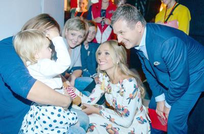 Юрий ГОРБУНОВ и Катя ОСАДЧАЯ общаются с маленькими участниками снимающегося сейчас второго сезона шоу «Голос. Дети».