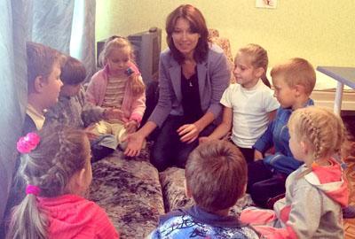 Специалист Гуманитарного штаба «Поможем» работает с детьми-переселенцами.