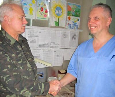 Сергей МУСИЕНКО и Аркадий СЕЛЬМЕНСКИЙ возле детских рисунков, с помощью которых красноармейские ребята поддерживают своих защитников.