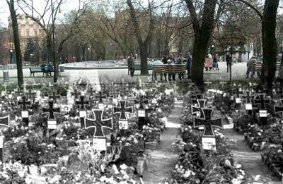 Мариупольцы гуляют по скверу... на могилах