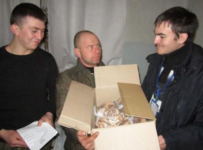 Анатолий ПОЛЫГАЧ (справа) передаёт помощь военным медикам для раненых бойцов.