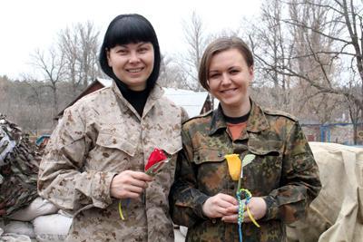 Начальник геоинформационной службы, майор Юлия ТУРАНСКАЯ и связист  Юлия ЯСИМЧУК с необычными цветами, которыми их одарили коллеги-десантники  из 80-й отдельной аэромобильной бригады.