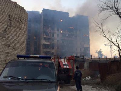 """В донецкой """"мэрии"""" уверены, что вчера девятиэтажку не расстреливали. Просто """"горел мусор"""" (СКРИНШОТ)"""