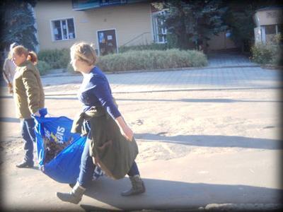 В Горловке флаги Партии регионов используют для уборки мусора