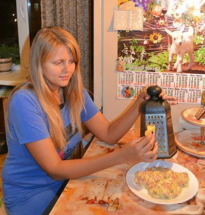 Анна ЗАДЕВАЛОВА готовит салат «Обезьянка»: «Символ 2016 года на новогоднем столе должен быть обязательно. И лучше, если он будет ещё и таким вкусным!»