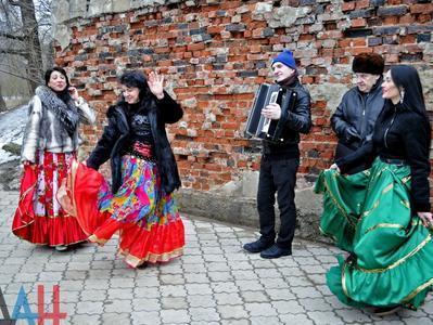 Дончане окунались в прорубь под цыганские песни