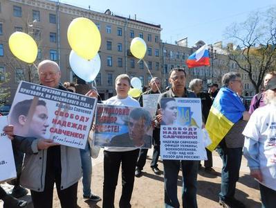 В Питере полиция остановила неадекватного депутата, пытавшегося уничтожить желтые и голубые шары (ВИДЕО)
