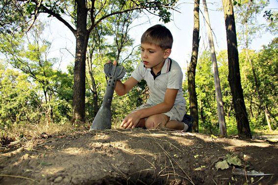 С начала боевых действий на подконтрольной Украине части Донетчины в результате неосторожного обращения с взрывными устройствами или взрывчатыми веществами погибли четыре ребёнка, получили ранения пятеро несовершеннолетних.