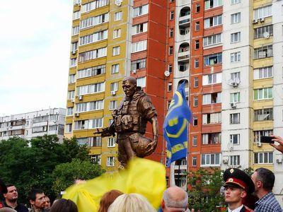В Киеве появился памятник украинским добровольцам