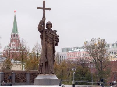 В РФ наконец три Владимира: один лежит, другой сидит, третий стоит - журналист