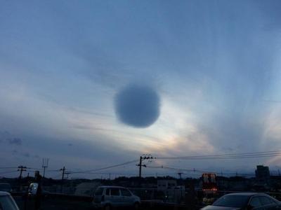 В небе над Японией появилось облако-шар