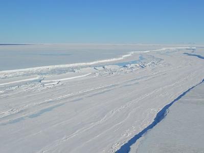 """Подо льдами Антарктики ученые обнаружили много """"рек"""" и трещин"""
