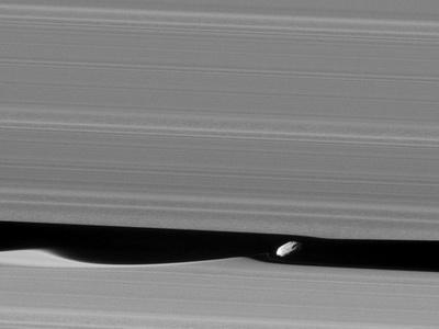 В NASA показали луну внутри кольца Сатурна