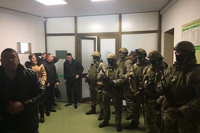 Десять вооруженных лиц проводят обыски в Волынском облсовете