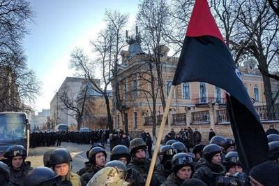 На акции протеста под АП столкновения с полицией. ВИДЕО