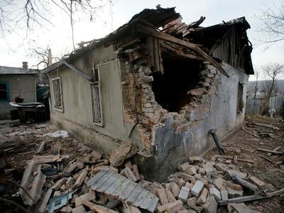 Из-за ночных обстрелов в Донецке появились новые разрушения, есть прямое попадание снаряда в дом