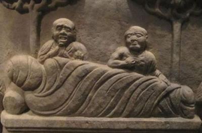 В руках одной из китайских статуй обнаружили странные предметы